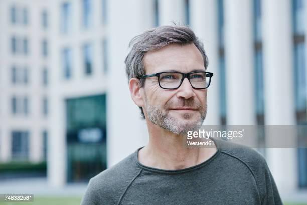 confident mature man outdoors - solo un uomo maturo foto e immagini stock