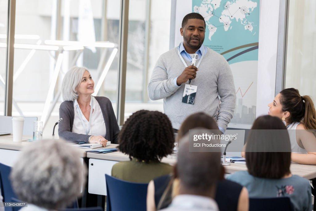 O homem de negócios adulto meados de confiável fala durante a conferência : Foto de stock