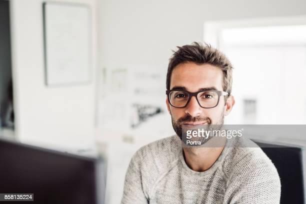 zuversichtlich mitte adult geschäftsmann tragen brillen - bürokleidung stock-fotos und bilder
