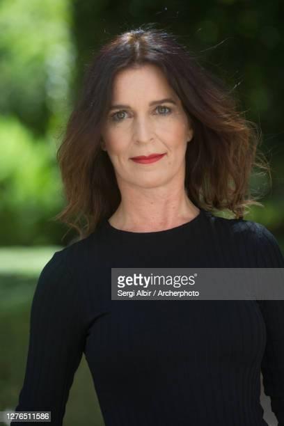 confident middle-aged woman in a black dress - sergi albir fotografías e imágenes de stock