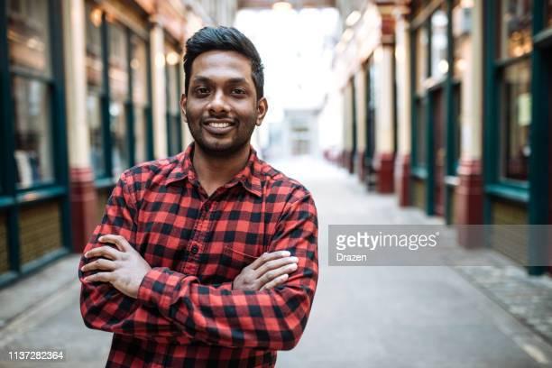 empresario indio milenaria confiado con brazos cruzados - mid adult men fotografías e imágenes de stock