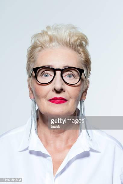 mujer de negocios senior confiada - izusek fotografías e imágenes de stock