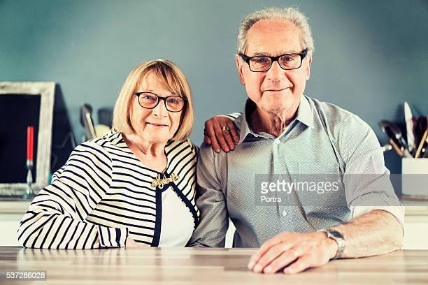 Zuversichtlich Seniorenpaar sitzen am Tisch