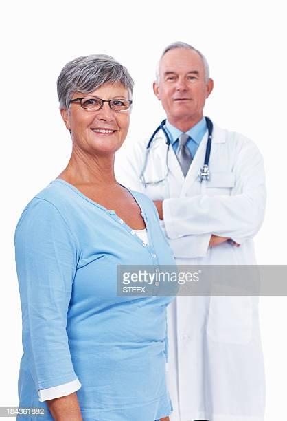 senior femme médecin avec confiance