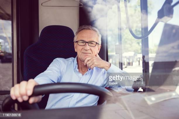zuversichtlicher senior männlich ermannt im bus - bus stock-fotos und bilder