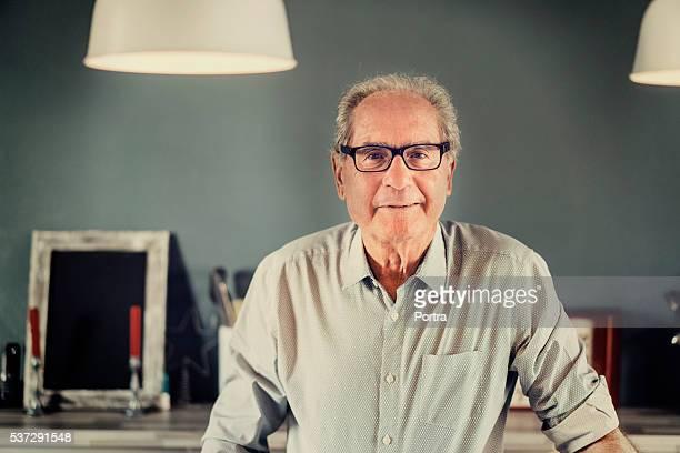Zuversichtlich Älterer Mann lächelnd zu Hause fühlen