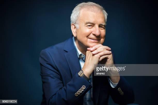 Zuversichtlich Lächeln Geschäftsmann mit den Händen umklammert