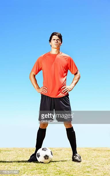 jugador de fútbol con la seguridad de un partido de fútbol en el campo - fenómeno natural fotografías e imágenes de stock
