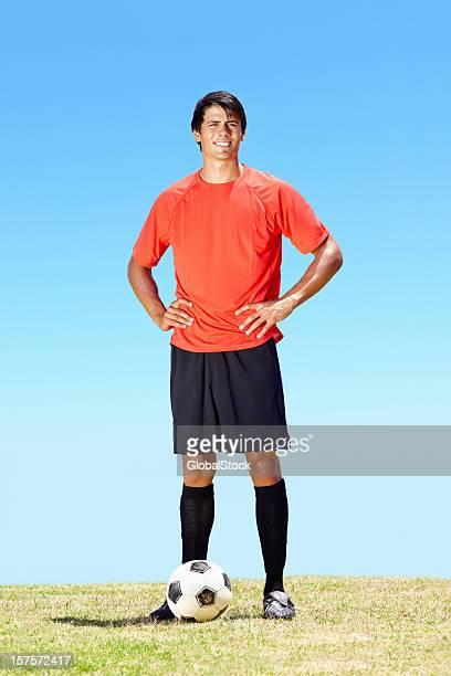 自信のサッカー選手、サッカーフィールドを - 自然現象 ストックフォトと画像