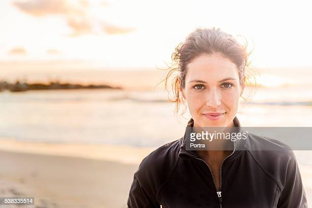 confident sporty woman at beach - 25 29 jaar stockfoto's en -beelden