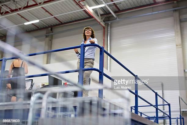 confident supervisor in logistics center - weibliche führungskraft stock-fotos und bilder