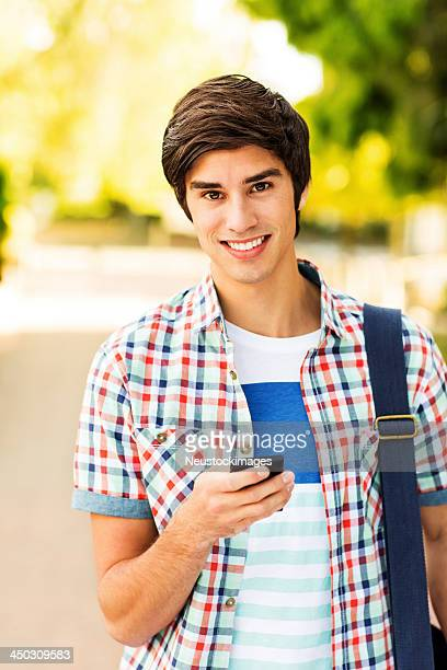 Selbstbewusst Teenager-Student mit Smartphone am Campus