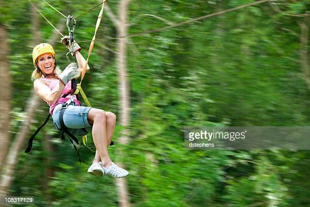 Confiant femme voler à travers la jungle