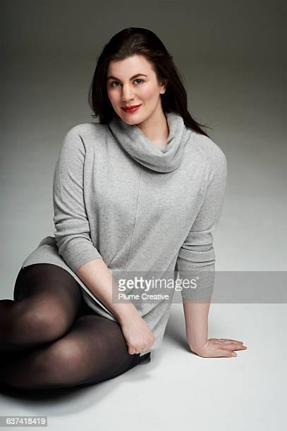 confident woman looking to camera - junge frau strumpfhose stock-fotos und bilder