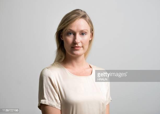 femme confiant restant sur le fond gris - portrait classique photos et images de collection