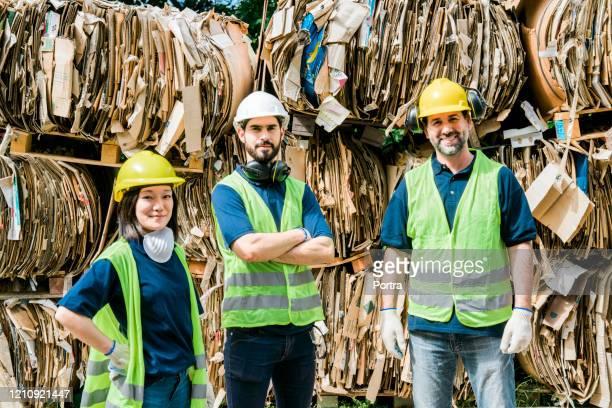 段ボールリサイクルセンターで自信を持って作業員 - 廃棄物処理 ストックフォトと画像