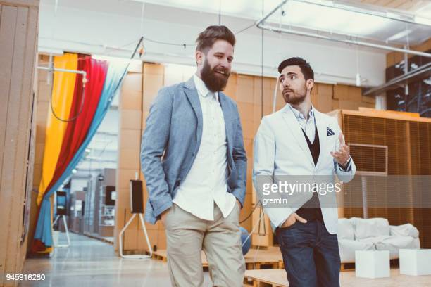 Zuversichtlich junger Geschäftsmann Wandern in Büros
