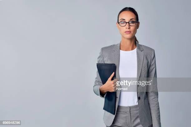 Überzeugt junge Geschäftsfrau Holding Dokument