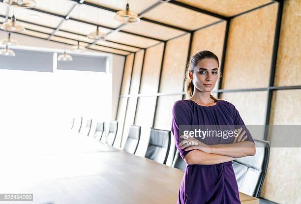 Zuversichtlich junger Geschäftsfrau im Meetingraum