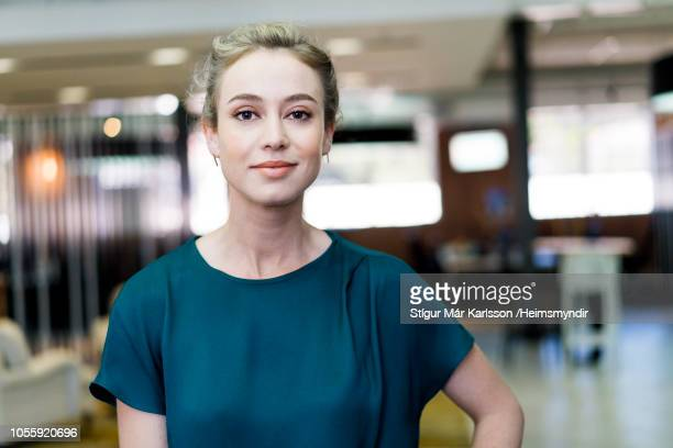 confident young businesswoman standing at office - 25 29 anni foto e immagini stock