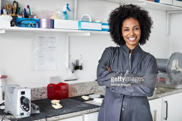 クリニックで自信のある若い女性歯科医 - 歯科衛生士 ストックフォトと画像