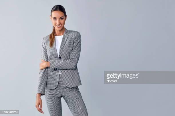 自信を持って若い女性プロ保持アーム