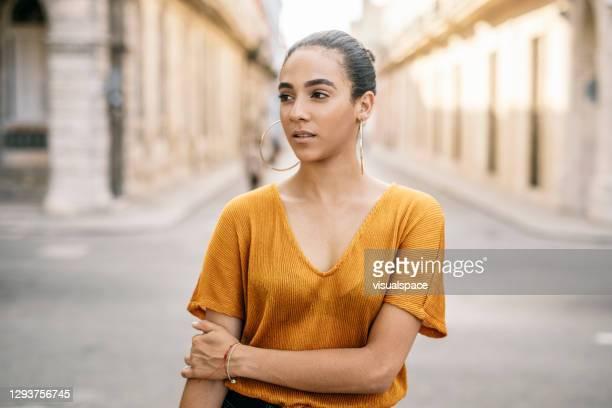 giovane donna fiduciosa - mezzo busto foto e immagini stock
