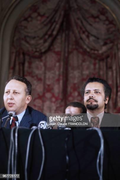Conférence de presse de Bélaïd Abdessalam ministre algérien de l'Energie et d'Ahmed Zaki Yamani ministre saoudien du Pétrole lors du choc pétrolier à...
