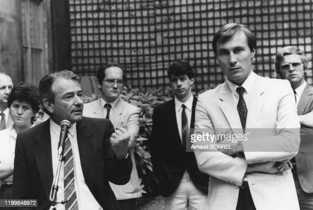 Conférence de presse du ministre du commerce de l'artisanat et du tourisme Michel Crépeau et de son Secrétaire d'état JeanMarie Bockel le 2 août 1984...