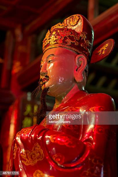 confucian statue at temple of literature - merten snijders stock pictures, royalty-free photos & images