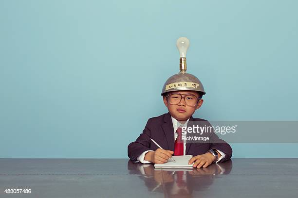Confuso negócios japoneses rapaz usando a pensar tampa