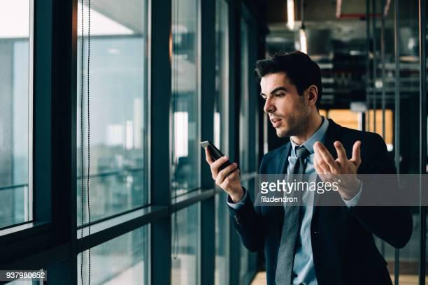 verward telefoon communicatie - irritatie stockfoto's en -beelden