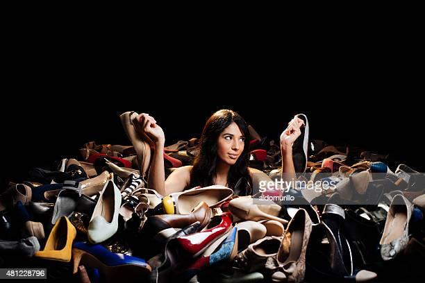 Confondu femme choisissant des talons hauts