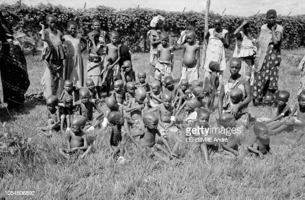 Congo Janvier 1961 Famine dans le SudKasai après l'indépendance du Congo exbelge en juin 1960 Ici un groupe d'enfants amaigris assis dans l'herbe aux...