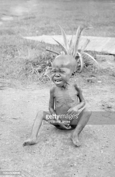 Congo Janvier 1961 Famine dans le SudKasai après l'indépendance du Congo exbelge en juin 1960 Ici un petit garçon malnutri pleurant seul assis par...