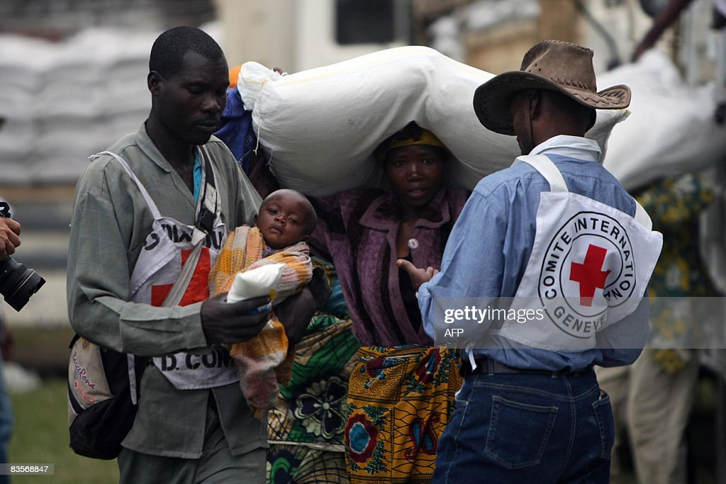 A Congolese Red Cross worker carries the : News Photo