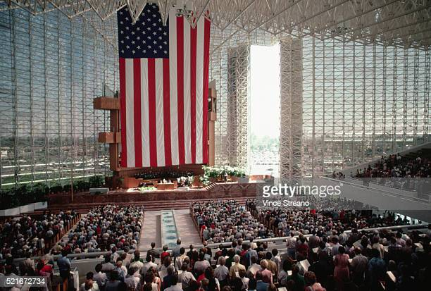 congregation of the crystal cathedral - crystal cathedral stockfoto's en -beelden