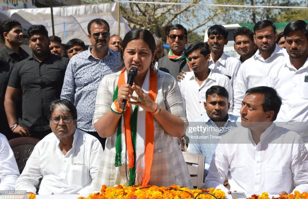 IND: Congress Candidate From Ghaziabad Dolly Sharma Address Party Workers