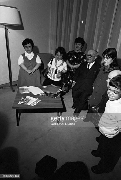 Congress Of Dwarfs In Paris France Aubervilliers 5 avril 1976 Ici dans un salon le couple de nains Patricia et Marcel GUEGAN âgés respectivement de...