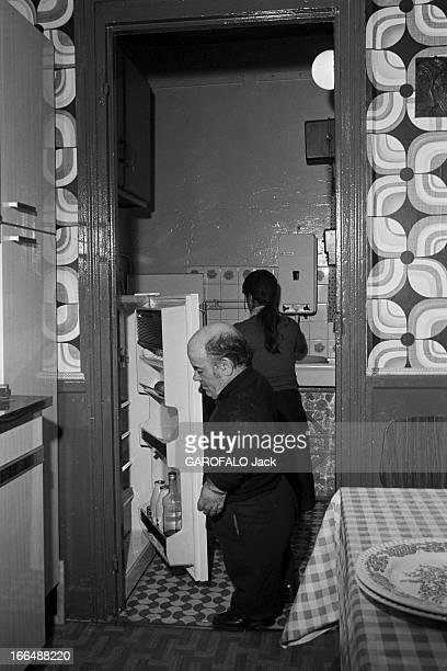 Congress Of Dwarfs In Paris France Aubervilliers 5 avril 1976 Le couple de nains Patricia et Marcel GUEGAN âgés respectivement de 21 et 50 ans vivent...