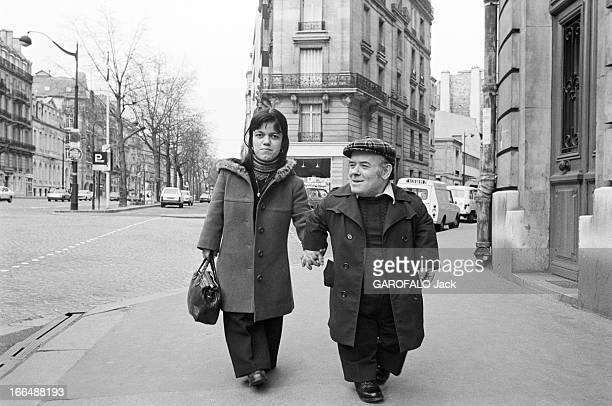 Congress Of Dwarfs In Paris France Paris 5 avril 1976 Le couple de nains Patricia et Marcel GUEGAN âgés respectivement de 21 et 50 ans marchent sur...
