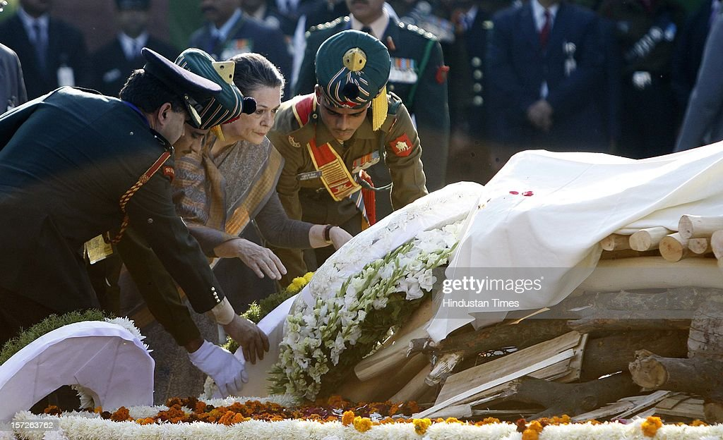 Congress President Sonia Gandhi laying wreath on the pyre of former Prime Minister of India Inder Kumar Gujral during his funeral on December 1, 2012 in New Delhi, India. Inder Kumar Gujral who served as 12th Prime minister of India from April 1997 to March 1998 passed away on November 30, 2012 at the age of 92 years.
