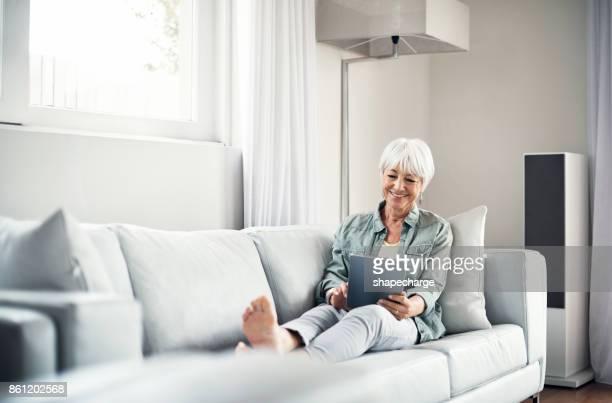 konnektivität hält ihr glücklich - zurücklehnen stock-fotos und bilder