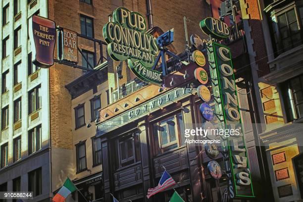 connollys irische bar in manhattan - east village stock-fotos und bilder