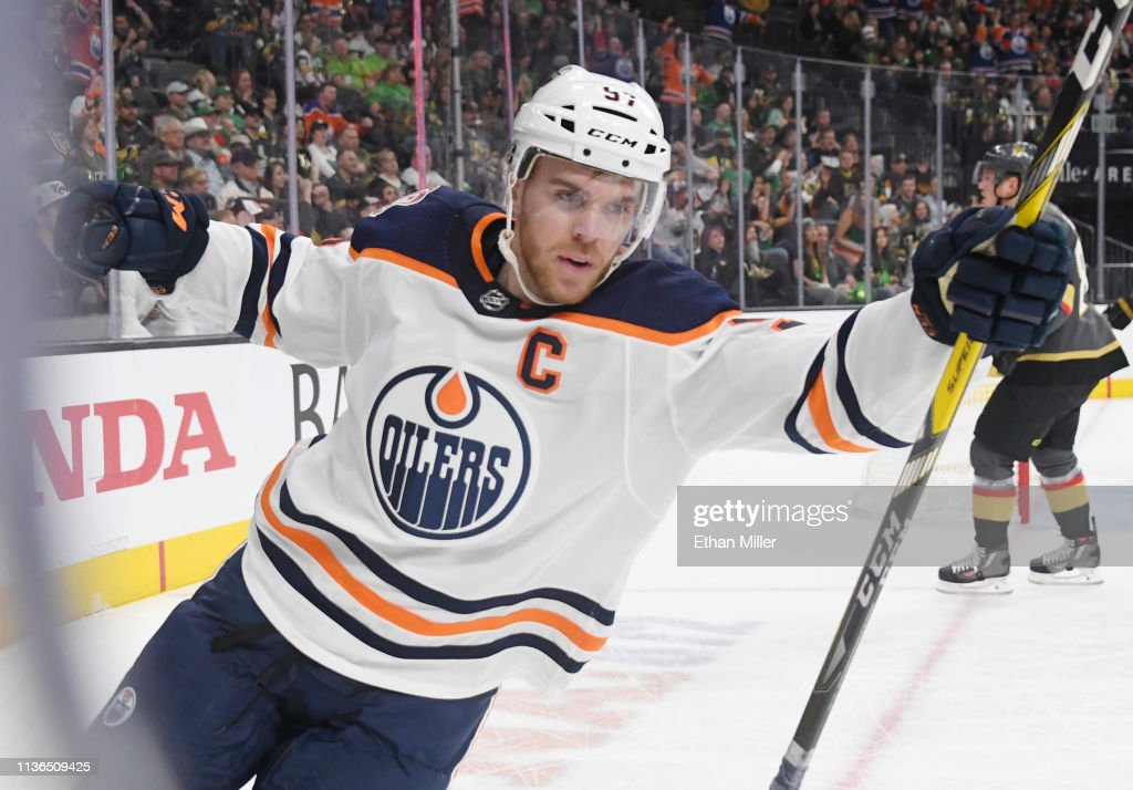 Edmonton Oilers v Vegas Golden Knights : Photo d'actualité