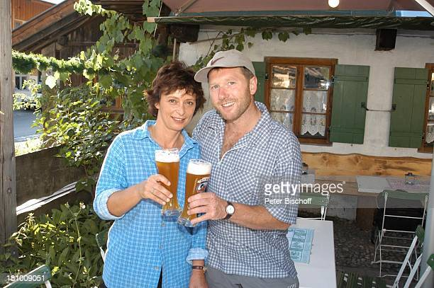 Conny Glogger Lebensgefährte Andreas Schwaiger GarmischPartenkirchen Schauspielerin Bier Weizen Weizenbier Biergarten anstossen Promis Prominente...
