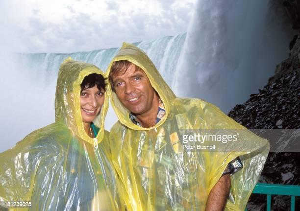 "Conny Glogger, Thomas Fritsch, , PRO 7 - Serie ""Glueckliche Reise"", Folge 12, ""Kanada"", , Kanada/Amerika, ""Niagara-Faelle"", Wasserfall, Gelaender,..."
