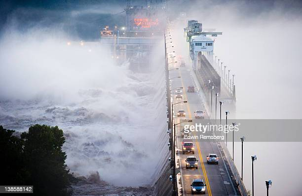 conowingo dam during tropical storm lee - maryland us state foto e immagini stock