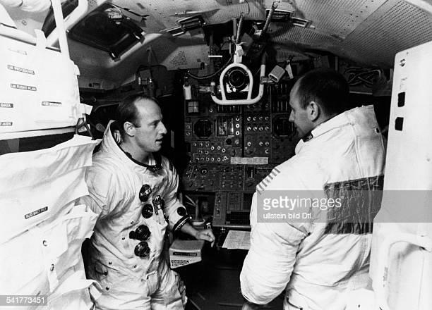 Conrad Charles Pete *Astronaut USAVorbereitungen für Apollo12Commander Conrad und Alan L Bean beim Gespräch im Simulator 1969