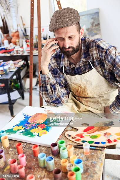 Conserned Kunst Maler spricht am Telefon